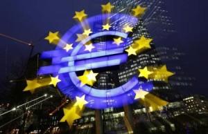 El logo del BCE iluminado frente a la sede del Banco Central Europeo en Frankfurt