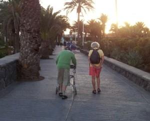 Turista con movilidad reducida en la avenida marítima de Playa del Inglés