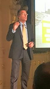 """Antonio Garzón: """" Durante los últimos 15 años Canarias se ha alejado de los principios básicos de una economía de mercado hacia una economía altamente intervenida, casi de corte planificado, y ello ha impedido adaptarnos a lo que el mercado nos pide. De ahí que varias de las propuestas de este informe estén enfocadas hacia una menor intervención por parte del planificador, reduciendo el altísimo nivel de regulación."""""""